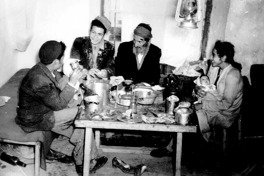 משפחה תימנית בביתה שבליפתא 1950